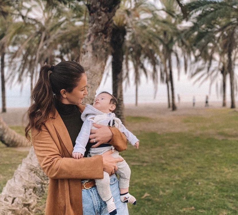 Beso Madre a Bebé en palmeras Playamar