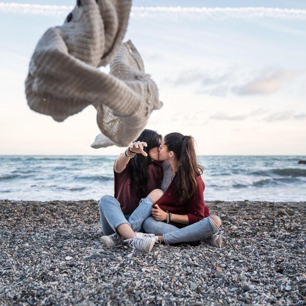Besos ellas Playa El Bajondillo